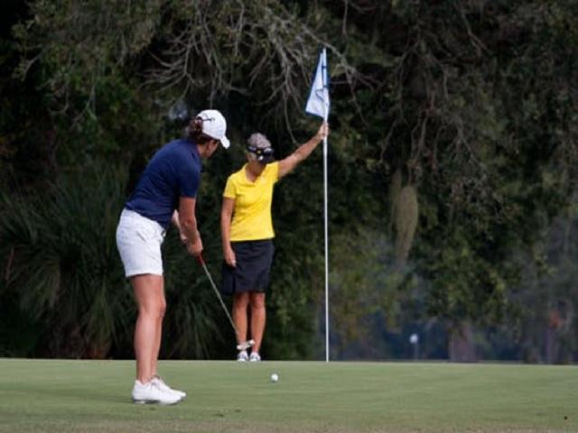 Två personer spelar golf